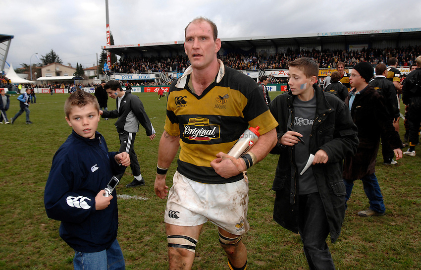 Photo: Richard Lane..Castres v London Wasps. Heineken Cup. 20/01/2007. .Wasps' Lawrence Dallaglio celebrates victory amid the Castres fans.