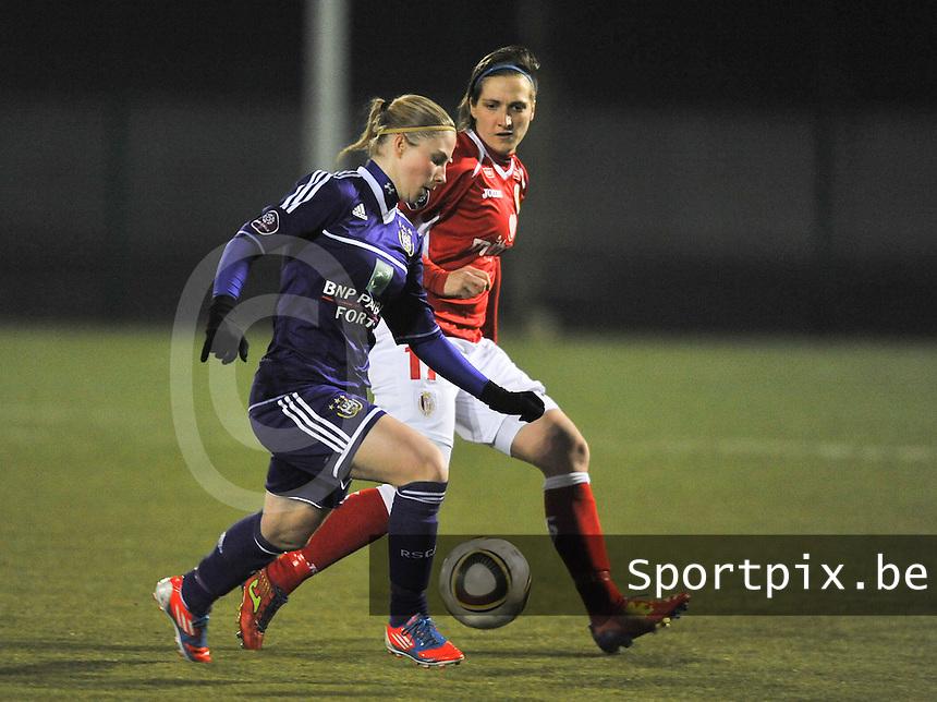 RSC Anderlecht - Standard Femina : Jana Coryn aan de bal voor Maud Coutereels.foto DAVID CATRY / Vrouwenteam.be