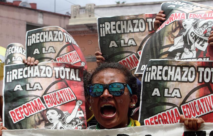 CIUDAD DE M&Eacute;XICO, D.F.- Agosto 27, 2013.- Integrantes de la Coordinadora Nacional de Trabajadores de la Educaci&oacute;n (CNTE) realizaron una manifestaci&oacute;n frente a las instalaciones de Televisa Chapultepec  en  la Ciudad de M&eacute;xico, el 27 de agosto de 2013. Los maestros realizan protestas contra la reforma educativa que se quiere llevar acabo en M&eacute;xico.  FOTO: ALEJANDRO MEL&Eacute;NDEZ<br /> <br /> MEXICO CITY, DF-August 27, 2013. - Members of the National Coordination of Education Workers (CNTE) held a demonstration outside the premises of Televisa Chapultepec in Mexico City, on August 27, 2013. Teachers hold protest against education reform is to take place in Mexico. PHOTO: ALEJANDRO MELENDEZ