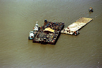 Vista aérea da Balsa Xingu que serviu de basa para o resgate da balsa Miss Rondônia( balsa menor) quase totalmente fora dágua.<br />07/03/2000. Foto Dirceu Maués/Interfoto