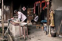 Les plus anciens restent dans les maisons rondes et vivent à un rythme qui est celui des activités agricoles et des travaux domestiques. Au milieu des visiteurs .