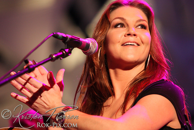 Gretchen Wilson performing at The Station nightclub fire benefit concert on February 25, 2008.
