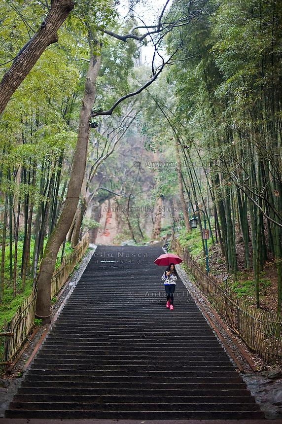 Una ragazza cammina in un parco della citt&agrave;.<br /> A girl walking in a garden close to the West Lake