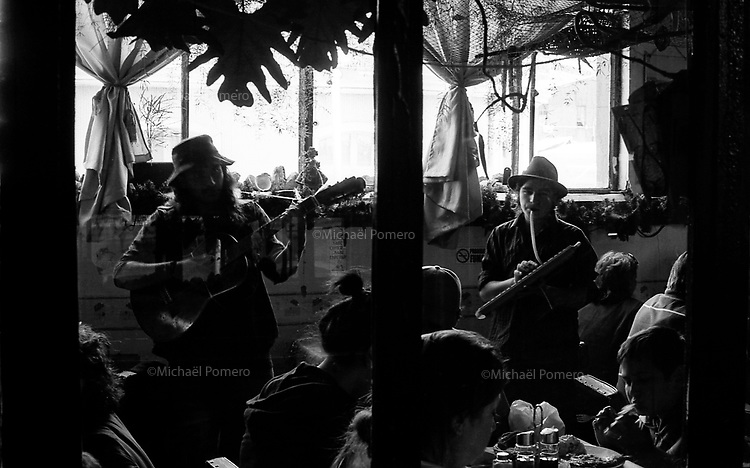 01.2010 Valparaiso(Chile)<br /> <br /> Musiciens jouant dans un restaurant .<br /> <br /> Musicians playing in a restaurant.