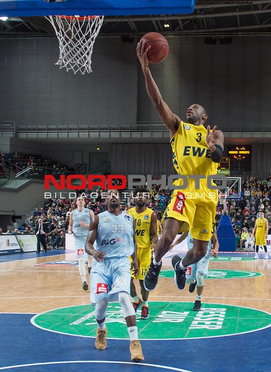 10.02.2019, &Ouml;VB Arena, Bremen, GER, easy Credit-BBL, Eisb&auml;ren Bremerhaven vs EWE Baskets Oldenburg, im Bild<br /> und ab zum Korb...<br /> Durrell SUMMERS ( Eisb&auml;ren Bremerhaven #33 )<br /> Will CUMMINGS (EWE Baskets Oldenburg #3 )<br /> Foto &copy; nordphoto / Rojahn