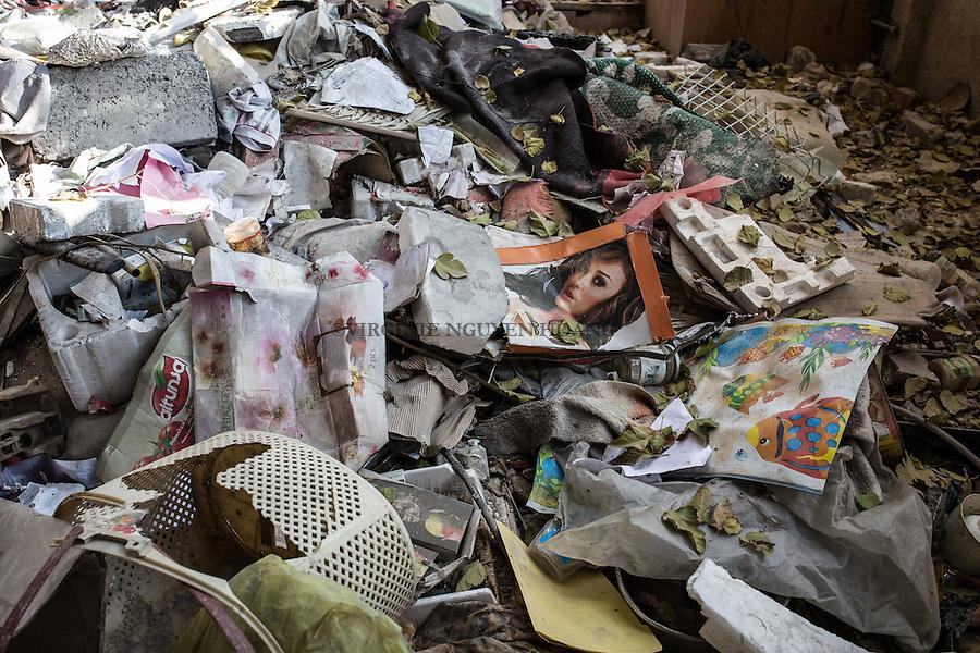 IRAK, Hammam-al Ali: Portrait of a woman on the floor of what used to be a prison of Daesh in a town situated around 30 km south of Mosul. Before being liberated from Daesh a month ago, inhabitants, mainly police members and official were emprisonned and tortured for days in different rooms of this house transformed to a prison, men as women, 13 December 2016. <br /> <br /> IRAK, Hammam-al Ali: Poster d'un portrait d'une femme sur le sol de ce qui &eacute;tait autrefois une prison de Daesh dans une ville situ&eacute;e &agrave; environ 30 km au sud de Mossoul. Avant d'&ecirc;tre lib&eacute;r&eacute; de Daesh il y a un mois, des habitants, principalement des policiers et des officiels ont &eacute;t&eacute; emprisonn&eacute;s et tortur&eacute;s pendant des jours dans diff&eacute;rentes pi&egrave;ces de cette maison transform&eacute;e en prison, hommes comme femmes, le 13 d&eacute;cembre 2016.