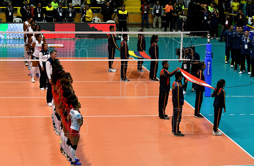 BOGOTÁ-COLOMBIA, 08-01-2020: Jugadoras de Perú y Colombia antes de partido entre Perú y Colombia en el Preolímpico Suramericano de Voleibol, clasificatorio a los Juegos Olímpicos Tokio 2020, jugado en el Coliseo del Salitre en la ciudad de Bogotá del 7 al 9 de enero de 2020. / Players from Perú and Colombia prior a match between Peru and Colombia, in the South American Volleyball Pre-Olympic Championship, qualifier for the Tokyo 2020 Olympic Games, played in the Colosseum El Salitre in Bogota city, from January 7 to 9, 2020. Photo: VizzorImage / Luis Ramírez / Staff.