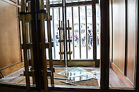 SÃO PAULO, SP - 17.10.2013 - MANIFESTAÇÃO POR MORADIA MTST - SP - Integrantes do MTST (movimento dos trabalhadores sem teto) tentam invadir a Prefeitura de São Paulo região central, nesta quinta-feira (17). Os vidros das portas da Prefeitura foram quebrados. (Foto: Marcelo Brammer/Brazil Photo Press)