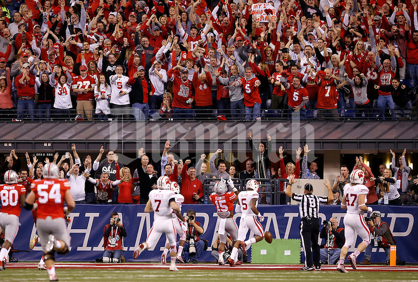 Ohio State Buckeyes running back Ezekiel Elliott (15) scores a touchdown on am 81-yard run during the first quarter of the Big Ten Championship game against the Wisconsin Badgers at Lucas Oil Stadium in Indianapolis on Dec. 6, 2014. (Adam Cairns / The Columbus Dispatch)