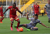 BOGOTA -COLOMBIA, 12-03-2017. Diego Gomez (R) player  of Tigres FC fights the ball  agaisnt of Fabian Viafara player of Rionegro during match for the date 9 of the Aguila League I 2017 played at Metropolitano de Techo stadium . Photo:VizzorImage / Felipe Caicedo  / Staff
