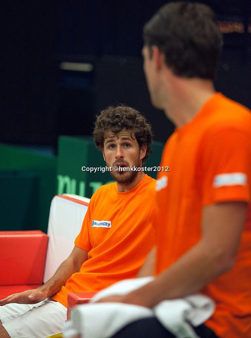 06-02-12, Netherlands,Tennis, Den Bosch, Daviscup Netherlands-Finland, Training, Overleg tussen Robin Haase(L) en Jesse Huta Galung