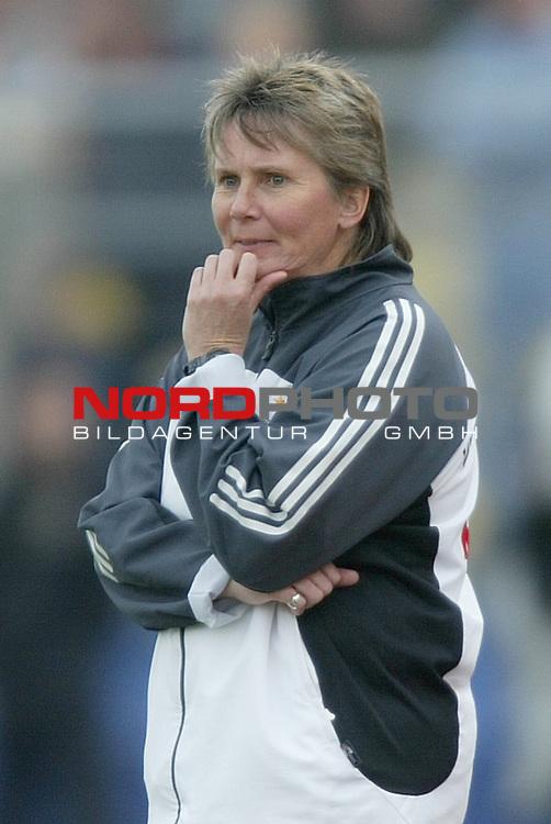 EM Qualifikation 2005 - Frauen Nationalmannschaft<br /> <br /> Deutschland vs. Ukraine 6:0<br /> <br /> Bundestrainerin Tina Theune-Meyer von der Deutschen Frauen Nationalmannschaft.<br /> <br /> Foto &copy; nordphoto - Ruediger Lampe<br /> <br /> <br /> <br /> <br /> <br /> <br /> <br />  *** Local Caption *** Foto ist honorarpflichtig! zzgl. gesetzl. MwSt.<br /> <br />  Belegexemplar erforderlich<br /> <br /> Adresse: nordphoto<br /> <br /> Georg-Reinke-Strasse 1<br /> <br /> 49377 Vechta