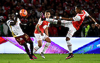 BOGOTA - COLOMBIA - 18-12-2016: William Tesillo (R) player of Independiente Santa Fe struggles for the ball with Deiner Quiñones (L) player of Deportes Tolima, during a match for the second leg between Independiente Santa Fe and Deportes Tolima, for the final of the Liga Aguila II -2016 at the Nemesio Camacho El Campin Stadium in Bogota city, Photo: VizzorImage / Luis Ramirez / Staff.