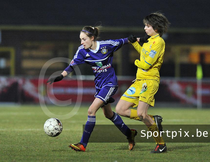 Waasland Beveren Sinaai Girls - RSC Anderlecht : Tessa Wullaert aan de bal voor de tacklende Liselot Praet.foto DAVID CATRY / Nikonpro.be