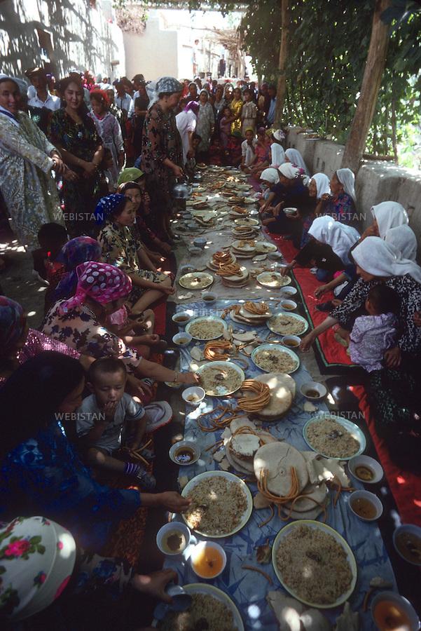 1995..Group of women and children during the meal at a traditional Uighur wedding in Singim...Groupe de femmes et d'enfants au banquet d'un mariage traditionnel ouighour  Singim.