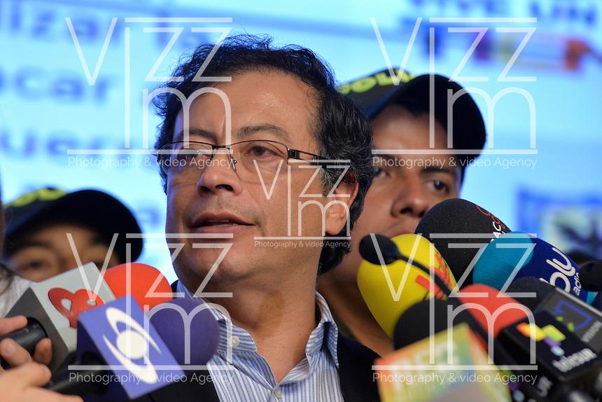BOGOTÁ -COLOMBIA. 23-04-2014. El restituido alcalde Mayor de Bogotá, Gustavo Petro, se dirigió a los medios de comunicación en rueda de prensa hoy 23 de abril de 2014, en el Palacio de Liévano. Petro había sido retirado de su cargo tras una investigación de la Procuraduría General de la Nacion que también le impusó una inhabilidad para ejercer cargos públicos por 15 años. / The restituted mayor of Bogota, Gustavo Petro, spoke to the media in a press conference, today April 15 of 2014, at Lievano Palace. Petro had been removed from his post after an investigation of General National Attorney that also imposed a disability for 15 years to hold public office. Photo: VizzorImage/ Str