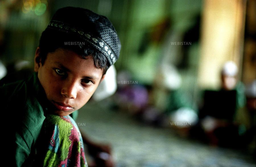 2005..Bangladesh. Portrait of a Muslim pupil in a madrassa..Bangladesh. Portrait d'un élève musulman dans une madrassa.