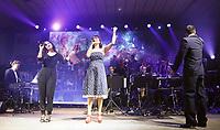 Erfelden 23.11.2018: Auftritt der Big Band der Bundeswehr in der Großsporthalle<br /> Die Sängerinnen Susan Albers (l.) und Jemma Endersby treten mit der Big Band der Bundeswehr auf<br /> Foto: Vollformat/Marc Schüler, Schäfergasse 5, 65428 R'eim, Fon 0151/11654988, Bankverbindung KSKGG BLZ. 50852553 , KTO. 16003352. Alle Honorare zzgl. 7% MwSt.