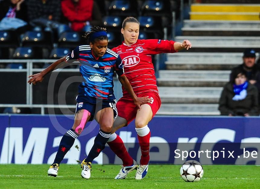 Uefa Women 's Champions League Final 2011 at Craven Cottage Fulham - London : Olympique Lyon - Turbine Potsdam : Elodie Thomis in duel met Josephine Henning.foto DAVID CATRY / JOKE VUYLSTEKE / Vrouwenteam.be.