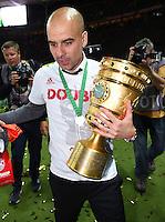 FUSSBALL  DFB POKAL FINALE  SAISON 2015/2016 in Berlin FC Bayern Muenchen - Borussia Dortmund         21.05.2016 DER FC BAYERN IST POKALIEGER 2016: Trainer Pep Guardiola (FC Bayern Muenchen) mit dem Pokal