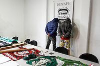 CURITIBA, PR, 01.07.2016 - Foram presos pela Delegacia Móvel de Atendimento a Futebol e Eventos (DEMAFE) dois integrantes da torcida organizada do Atlético Paranaense durante Operação Estratagema II na manhã desta sexta-feira (01). Foram expedidos  seis mandados de prisão temporária ebusca e apreensão em desfavor de torcedores pertencentes à torcida organizada. Todos os integrantes são acusados de envolvimento em roubo e lesões corporais contra um torcedor do Coritiba.  (Foto: Paulo Lisboa/Brazil Photo Press)