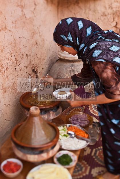 Afrique/Afrique du Nord/Maroc/Env d' Immouzer-Ida-Outanane: Une femme berbère prépare un tagine au chevreau et aux légumes