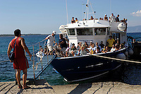 L'arrivo dei turisti. The arrival of tourists.Traghetto Acquavision, manovre di ormeggio.Docking maneuvers.