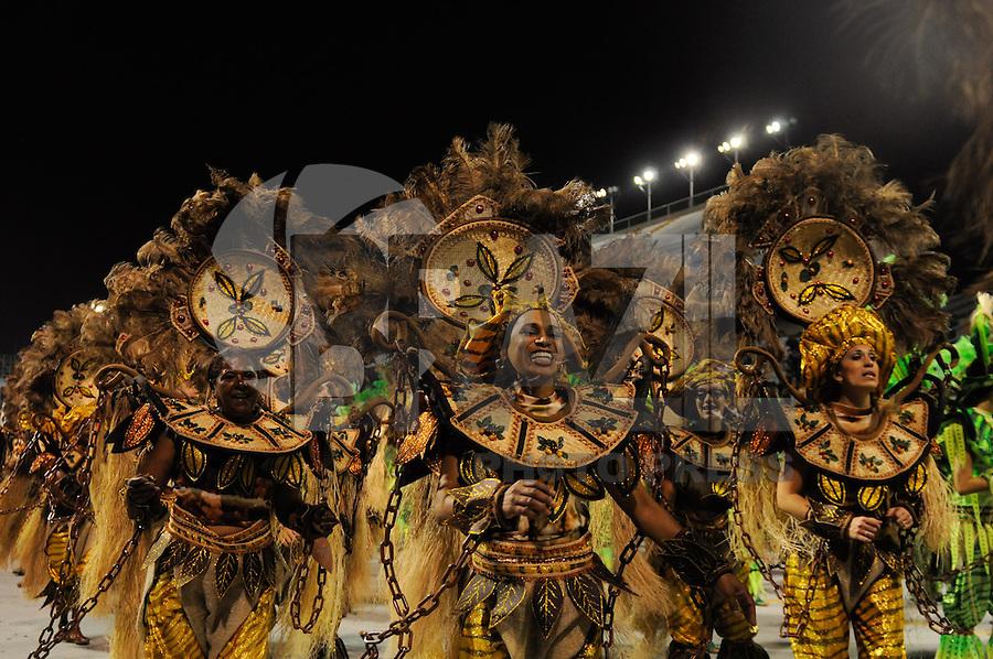 SAO PAULO, SP, 25 DE FEVEREIRO 2012 - DESFILE DAS CAMPEÃS DO CARNAVAL SP - MOCIDADE ALEGRE: Integrante da escola de samba Mocidade Alegre no desfile das Campeãs do Carnaval 2012 de São Paulo, no Sambódromo do Anhembi, na zona norte da cidade, neste sábado.(FOTO: LEVI BIANCO - BRAZIL PHOTO PRESS).