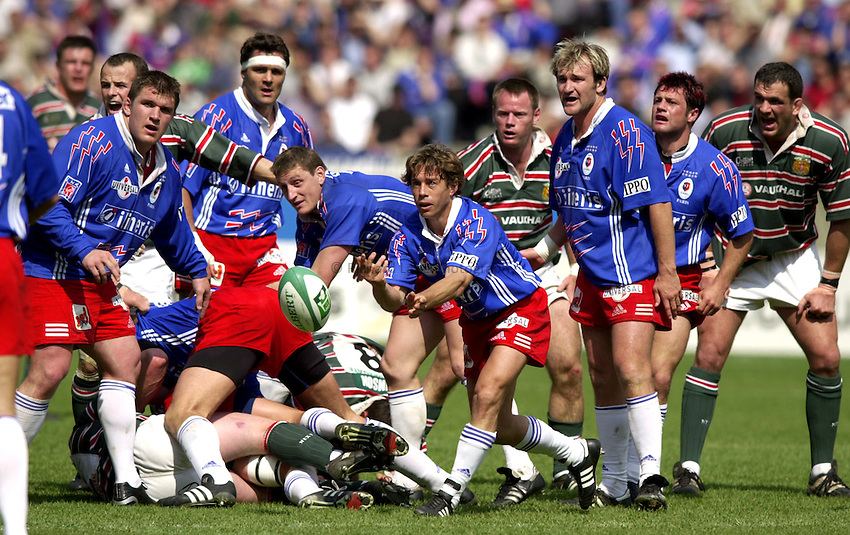 Photo. Richard Lane..Stade Francais v Leicester Tigers. ERC Heineken Cup Final at Parc des Princes, Paris. 19/05/2001..Diego Dominguez gets the ball away.