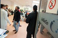 """Die """"Zentrale Aufnahmeeinrichtung des Landes Berlin fuer Asylbewerber"""" (ZAA) des Berliner Landesamt fuer Gesundheit und Soziales (LaGeSo) in der Turmstrasse 21 in Berlin-Moabit. Hier werden alle in Berlin ankommenden Fluechtlinge registriert und bekommen eine Erstversorgung. In dieser Erstaufnahmestelle werden sie auf die vom Land bereitgestellten Unterkuenfte verteilt.<br /> Im Bild: Fluechtlinge warten in einem der Warteraeume. Rechts ein Sicherheitsmitarbeiter der Aufnahmeeinrichtung.<br /> 24.9.2014, Berlin<br /> Copyright: Christian-Ditsch.de<br /> [Inhaltsveraendernde Manipulation des Fotos nur nach ausdruecklicher Genehmigung des Fotografen. Vereinbarungen ueber Abtretung von Persoenlichkeitsrechten/Model Release der abgebildeten Person/Personen liegen nicht vor. NO MODEL RELEASE! Don't publish without copyright Christian-Ditsch.de, Veroeffentlichung nur mit Fotografennennung, sowie gegen Honorar, MwSt. und Beleg. Konto: I N G - D i B a, IBAN DE58500105175400192269, BIC INGDDEFFXXX, Kontakt: post@christian-ditsch.de<br /> Urhebervermerk wird gemaess Paragraph 13 UHG verlangt.]"""