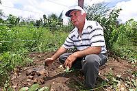 O ex soldadoJosean José Soares, um dos militares que fizeram a denúncia sobre a morte de gerrilheiro no Araguaia, mostra restos de pilhas usadas pelo exército durante a guerrilha. Entre os guerrilheiros mortos estariam Walquíria, Oswaldão, Pedro  Alexandrino e Baptista.<br />Xambioá, Tocantins Brasil<br />Foto Paulo santos/Interfoto<br />06/03/2004