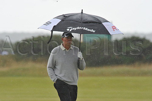 16/07/2010   Tom Lehman (USA) in the rain  on  the Old Course , St  Andrews, Fife, Scotland in the Second round of the  British Open Championship