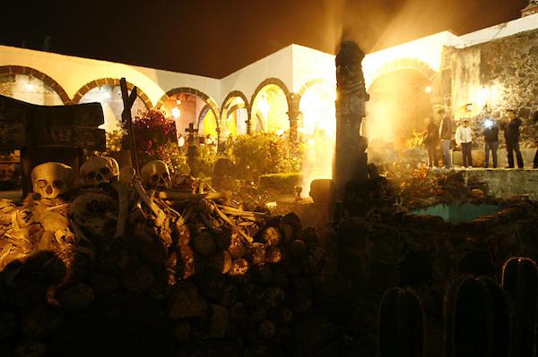 MEX28.- SAN ANDRÉS MIXQUIC (MÉXICO), 01/11/2011.- Aspecto de hoy, martes 1 de noviembre de 2011, del panteón de San Andrés Mixquic, ubicado en Ciudad de México, donde cientos de visitantes llegan para celebrar el tradicional Día de Muertos. EFE/Sáshenka Gutiérrez