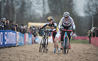 Katie Compton (USA/KFCracing) rides where Sanne Cant (BEL/Enertherm-Beobank) runs<br /> <br /> 2016 CX UCI World Cup Zeven (DEU)