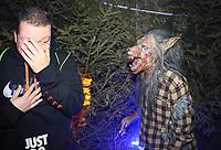 Werwölfe sind auf dem Gelände des Burggrabens in der Burg Frankenstein unterwegs, Marco Fuchs erschreckt sich - Mühltal 03.11.2018: Halloween auf der Burg Frankenstein