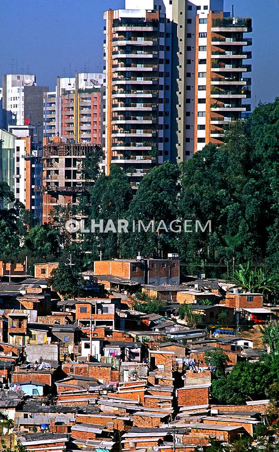 Favela do Morumbi e prédios de luxo. São Paulo. 1996. Foto Juca Martins.