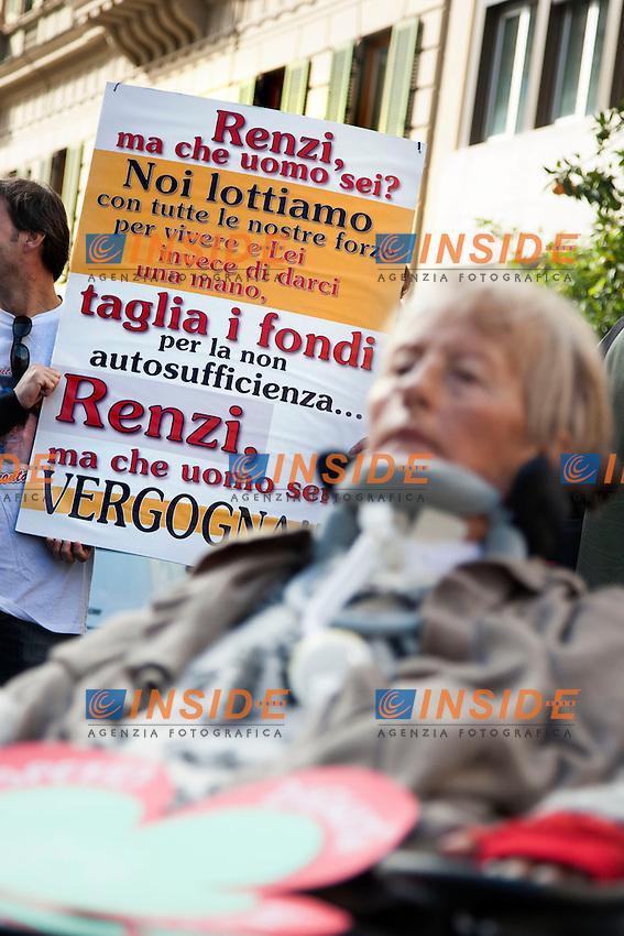 Un cartello contro le politiche di Renzi<br /> Roma 04-11-2014 Ministero dell'Economia e Finanze. Manifestazione dei malati di SLA, sclerosi laterale amiotrofica a seguito della riduzione dei finanziamenti pubblici<br /> Protest of SLA, Amyotrophic lateral sclerosis sufferers<br /> Photo Samantha Zucchi Insidefoto