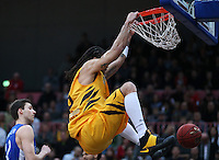 Basketball  1. Bundesliga  2016/2017  Hauptrunde  17. Spieltag  30.12.2016 Walter Tigers Tuebingen - FRAPORT SKYLINERS Frankfurt DUNKING; Gary McGhee (Tigers) haengt am Korb
