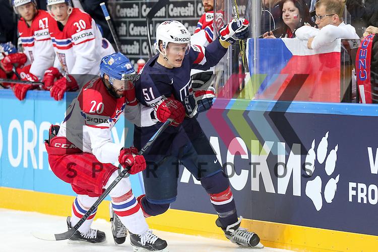 USAs Gardiner, Jake (Nr.51)(Toronto Maple Leafs) an der Bande im Zweikampf mit Tschechiens Klepis, Jakub (Nr.20)(Ocelari Trinec)  im Spiel IIHF WC15 USA vs. Czech Republic.<br /> <br /> Foto &copy; P-I-X.org *** Foto ist honorarpflichtig! *** Auf Anfrage in hoeherer Qualitaet/Aufloesung. Belegexemplar erbeten. Veroeffentlichung ausschliesslich fuer journalistisch-publizistische Zwecke. For editorial use only.