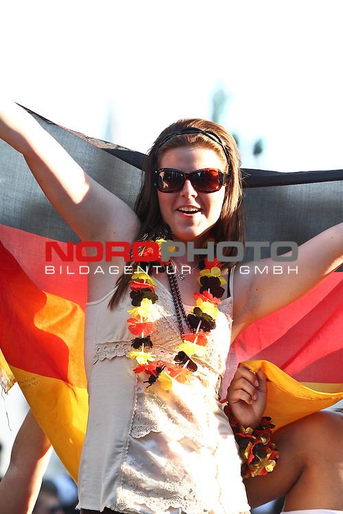 03.07.2010,  Muenchen, GER, FIFA Worldcup, Puplic Viewing Argentinien vs Deutschland,  im Bild eiblicher Fan mit Fahne, Foto: nph /  Straubmeier