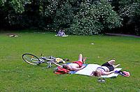 Pessoas no Tiergartem parque em Berlin. Alemanha. 2011. Foto de Juca Martins.