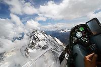 Blick aus einem Cockpit eines Segelflugzeugs: EUROPA, FRANKREICH, ITALIEN (EUROPE, GERMANY), 24.05.2016: Blick aus einem Cockpit eines Segelflugzeugs auf den Mt. Viso