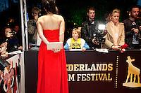 Utrecht, 2 oktober 2013<br /> Nederlands Film Festival 2013<br /> Premiere Chez Nous<br /> Wachten op een handtekening van actrice Tina de Bruin<br /> Foto Felix Kalkman