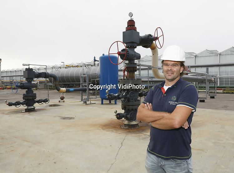"""Foto: VidiPhoto<br /> <br /> MIDDENMEER – Zelfs na vier jaar gaat het nog zeer moeizaam. Het grootschalige project met aardwarmte in het Noord-Hollandse Middenmeer, waarbij van 2300 meter diepte heet water (92 graden Celsius) wordt opgepompt, is bepaald geen hosannaverhaal. Tomatenkweker AgroCare werkt via energiecombinatie ECW samen met zeven andere telers. Het is het grootste aardwarmteproject van de Benelux. Vanwege tal van haperingen moet de tomatengigant echter nog regelmatig de oude warmtekrachtkoppeling (gas) inschakelen als backupsysteem. Bovendien moet de benodigde CO2 -om de plantjes te laten groeien- aangevoerd worden met vrachtwagens, als het al beschikbaar is. Aardwarmte produceert namelijk geen koolstofdioxide. Een weg terug is er echter niet, vertelt vestigingdirecteur Bas Eilander. """"Het is een lange weg en het is ook niet duidelijk waar de overheid nu precies heen wil."""" Als het aan AgroCare ligt worden in Nederland eerst de meest vervuilende energiecentrales opgeruimd en pas als laatste het relatief schone WKK opgedoekt. Een toekomst voor de glastuinbouw zonder fossiele brandstof is er op korte termijn nog zeker niet, denkt Eilander. En als de overheid dat toch verplicht? """"Dan komt de voedselvoorziening in gevaar."""""""