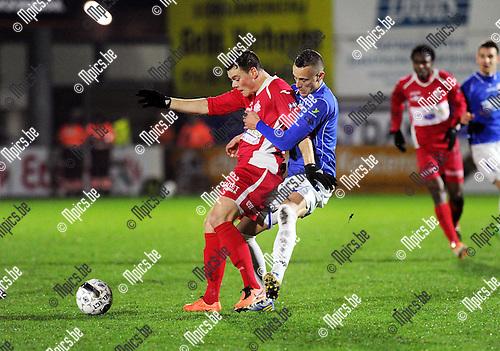 2014-01-25 / Voetbal / seizoen 2013-2014 /Hoogstraten - Geel / Ben Santermans (Geel) houdt Tom Boere vast<br /><br />Foto: Mpics.be