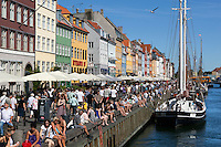 Denmark, Zealand, Copenhagen: Cafes along quayside of Nyhavn (New Harbour) | Daenemark, Insel Seeland, Kopenhagen: Nyhavn, Cafes und Restaurants im Neuen Hafen