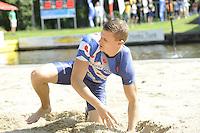 FIERLJEPPEN: GRIJPSKERK: 27-08-2016, Nederlands Kampioenschap Fierljeppen/Polsstokverspringen, Nard Brandsma redt het niet om zij n titel te prolongeren, ©foto Martin de Jong