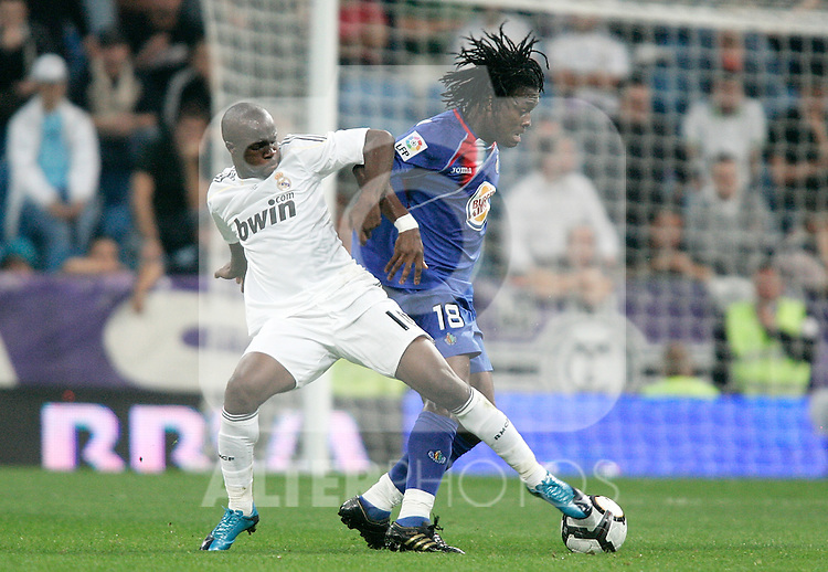 Real Madrid's Lass Diarra against Getafe's Derek Boateng during La Liga match. October 31, 2009. (ALTERPHOTOS/Alvaro Hernandez).
