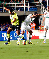 CALI- COLOMBIA -22 -01-2014: Andres Perez (Izq.) jugador de Deportivo Cali disputa el balón con Jeferson Duque (Der.) jugador del Atletico Nacional en durante partido de ida por la Super Liga 2014, jugado en el estadio Pascual Guerrero de la ciudad de Cali. / Andres Perez (R) player of Deportivo Cali vies for the ball with Jeferson Duque (L) player of Atletico Nacional during a match for the first leg of the Super Liga 2014 at the Pascual Guerrero Stadium in Cali city. Photo: VizzorImage  / Juan C Quintero / Str.