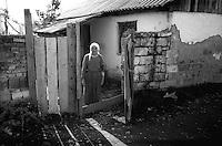 Kosovo   Novembre 2000.Pe? (in albanese Pejë / Peja; in serbo Pe?).Una donna kosovara davanti alla sua abitazione